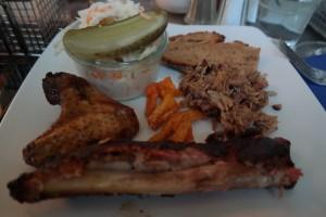 Einmal alles bitte: Speisen von PIGNUT BBQ - Spare-Ribs, Chicken Wings, Pulled Pork, Potatoe Fries, Cole Slaw