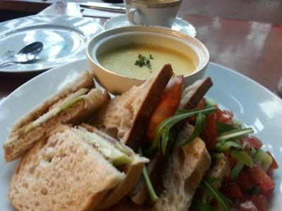 Hausgemachte Sandwiches mit mediterranem Salat und Mais-Suppe