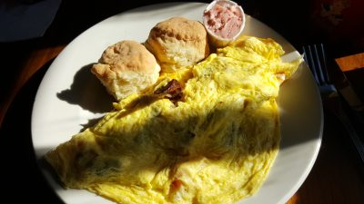 """Zum ersten Frühstück gab es ein Omelette mit Bacon, Käse und Cranberry-Butter bei """"Good enough to eat"""""""