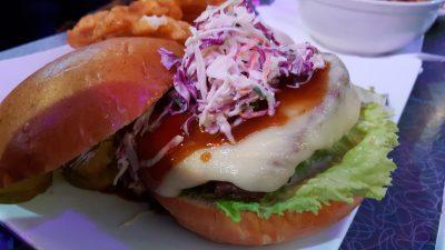 Bei Ellen Stardust Diner wurden wir von unserem Kellner mit einem Song unterhalten. Der Kraut-Burger und die Pommes waren eine Riiiieeesen Portion.