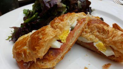 Unser letztes Frühstück: Croissant mit Lachs und Ei. Mjamm.