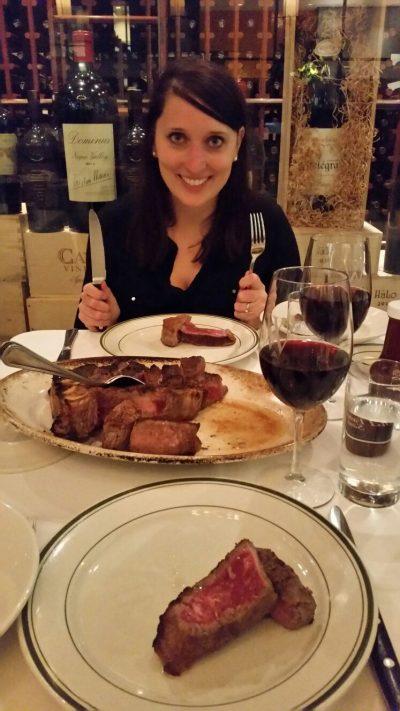 Hier seht ihr, wie groß dieses Steak war. Wir haben es nicht zu zweit geschafft. Hätten wir mal lieber den Salat weggelassen. ;-)