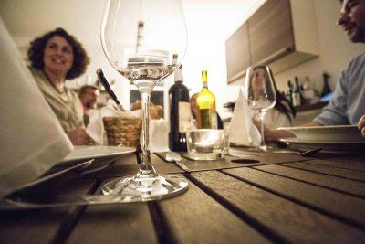 schillernde Gläser und Gäste